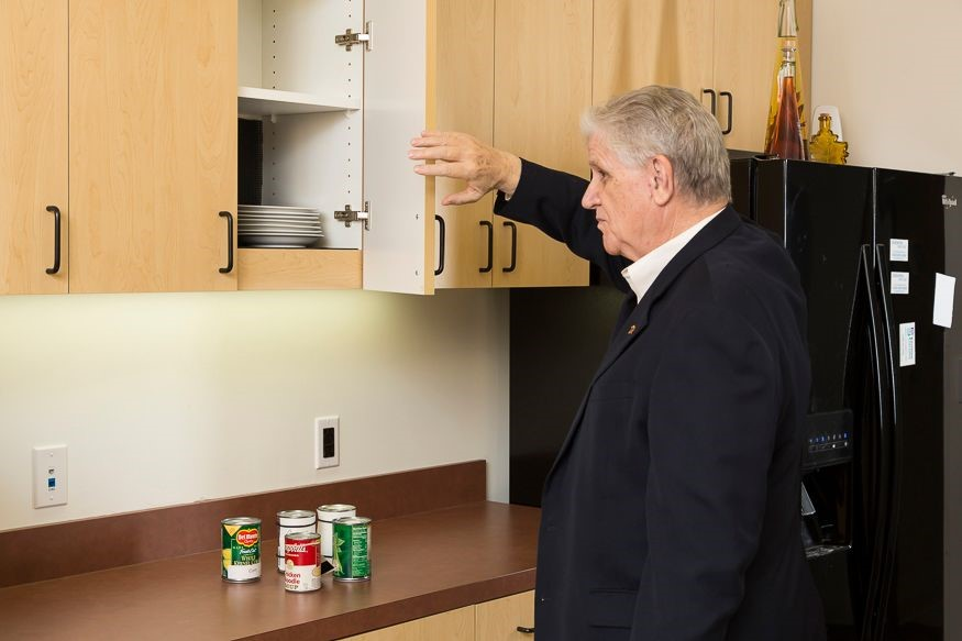 upper body technique hand in front of face when approaching a cabinet, palm out